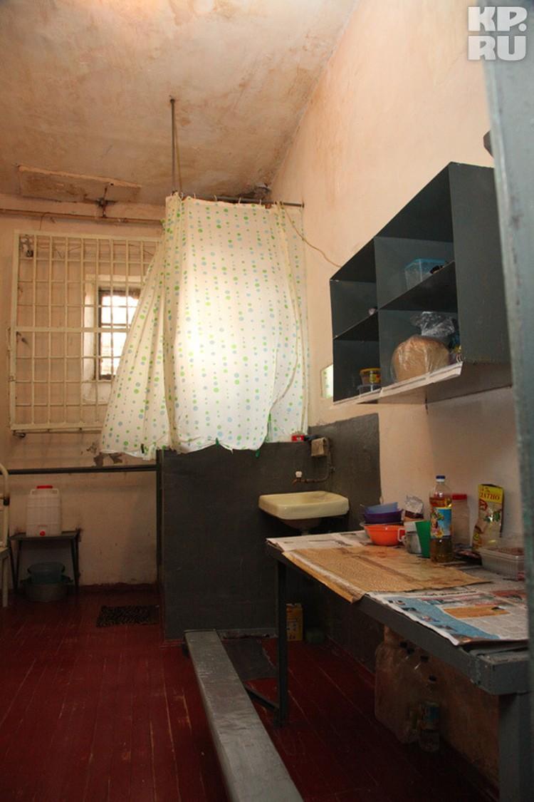 В этой камере сидит дядя Сергея Цапка Николай. Остальные участники банды находятся точно в таких же условиях.  Справа при входе, на стене, висит телевизор, под ним стоит холодильник. В углу возле окна - туалет. Цапкам разрешено пользоваться пластиковой и