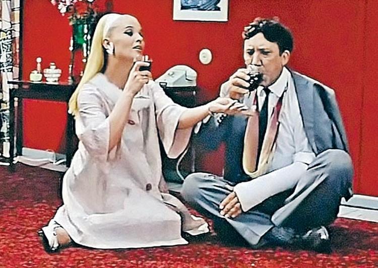 Светлана Светличная, сыгравшая роковую искусительницу главного героя, расстраивалась, что ей не доверили спеть знаменитую песню «Помоги мне». Юрию Никулину ради съемок дали полугодовой отпуск в цирке.