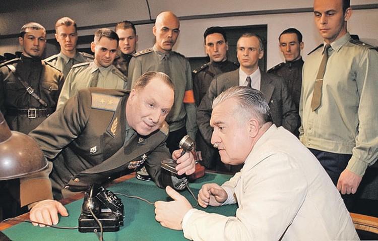 Момент связи с кораблем. Королева (сидит) играет актер Михаил Филиппов.