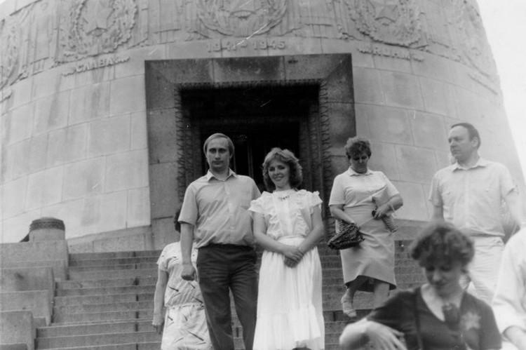 Владимир и Людмила Путины во время его службы в ГДР на экскурсии в Трептов-парке в Берлине