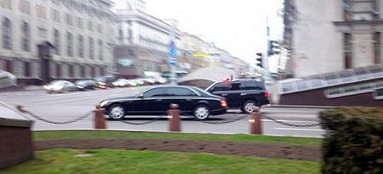 Maybach 62 в окружении спецавтомобилей выезжает на проспект Независимости.