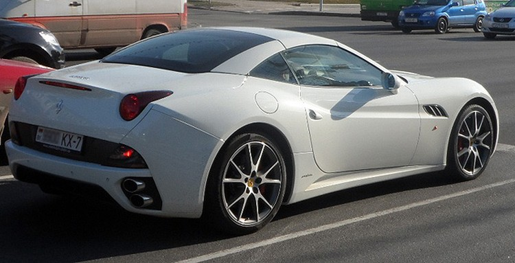 За рулем минского Ferrari California ездит девушка.