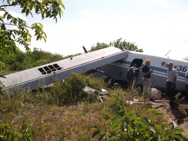 Самолет получил повреждения после жесткой посадки.