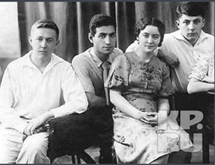 Солженицин (крайний слева) в 1941 году окончил физико-математический факультет Ростовского университета, а двумя годами ранее также поступил на заочное отделение Московского института философии, литературы и искусства.