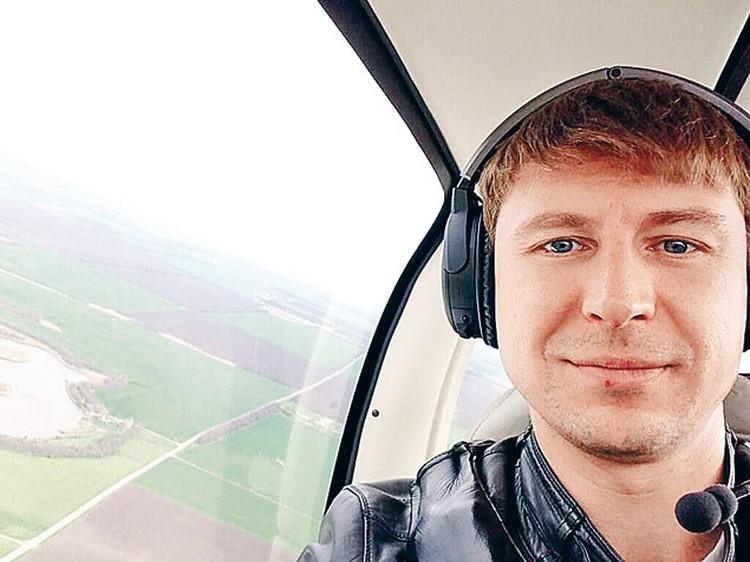 Алексей умеет выполнять фигуры высшего пилотажа  не только на льду,  но и в воздухе.