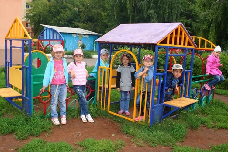 Ребятишки из 26-го садика с удовольствием играют на новенькой площадке, подаренной шефами.