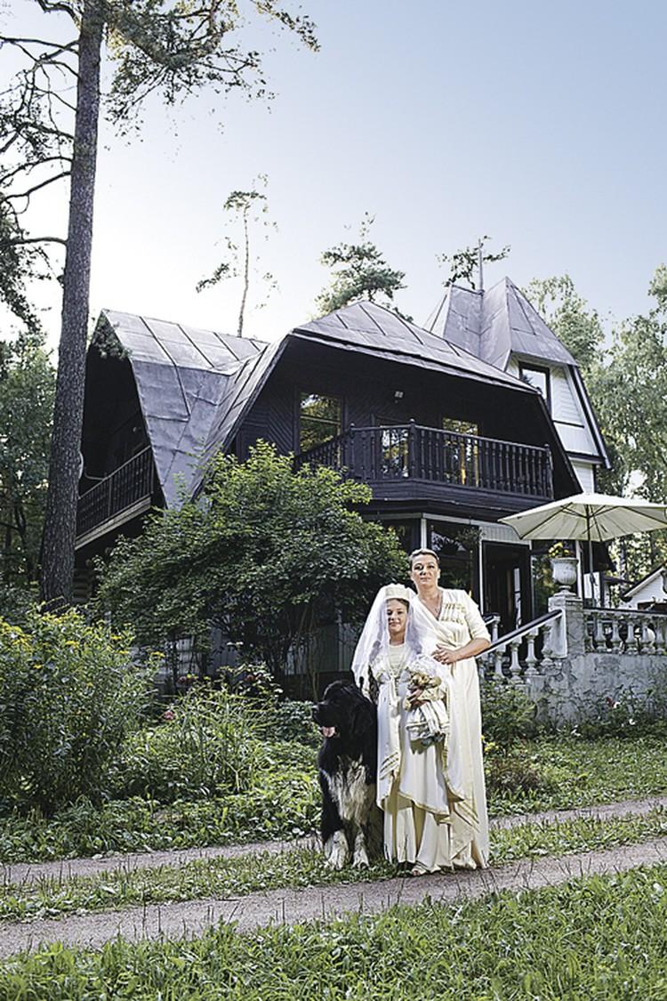 Актриса вместе с дочерью живет там с ранней весны до поздней осени.