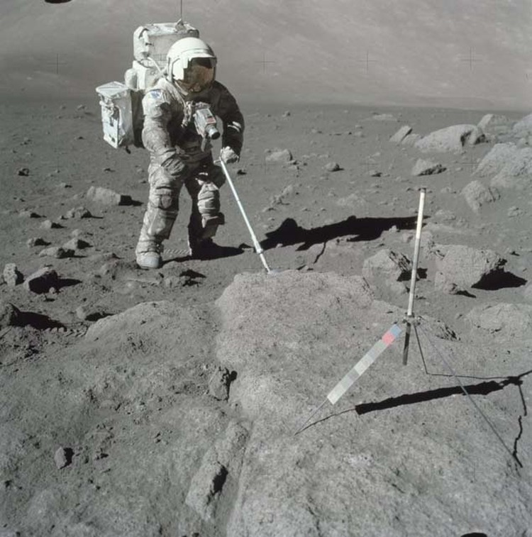 На этом снимке видно, что камера, жестко закрепленная на скафандре астронавта, вообще не имела защиты от радиации. Если бы ею снимали в космосе, вся пленка была бы засвечена.