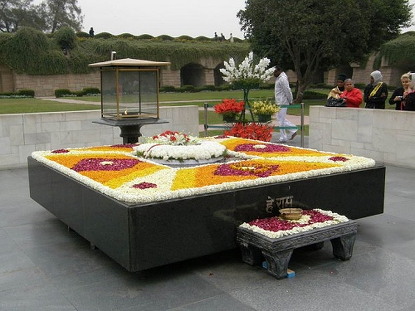 Могила Махатмы Ганди в Дели - место паломничества и туристов, и местных жителей