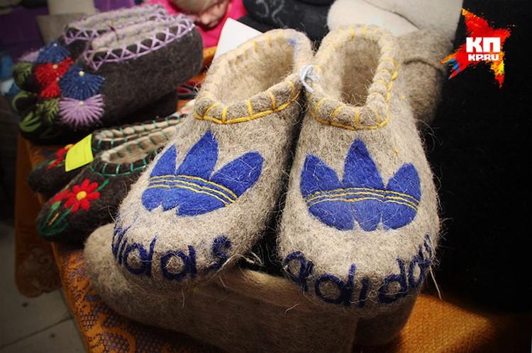 На выставке «Современная женщина» продают вот такие валенки-тапочки. Уж не знаем, кто у кого здесь позаимствовал бренд: или мы у немцев надпись, или немцы у нас обувь для своей надписи.