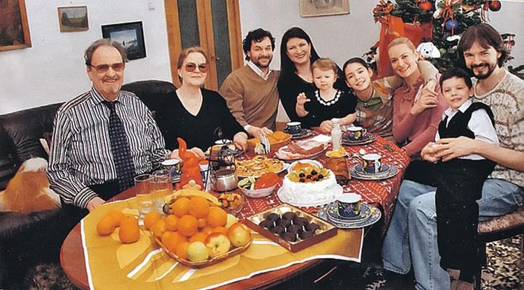Вся семья в сборе (слева направо): Юрий Яковлев и его жена Ирина Леонидовна, сын Алексей (от второй жены Екатерины Райкиной), невестка, внучки Лиза и Маша, дочка Алена (от первой жены Киры Мачульской), сын Антон и внук Петр.