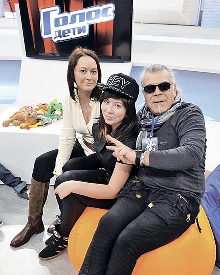 Андрей поет в группе Sound cake с бывшей супругой Анной (на фото - слева) и готовит дочь Катю к слепым прослушиваниям на детском «Голосе».