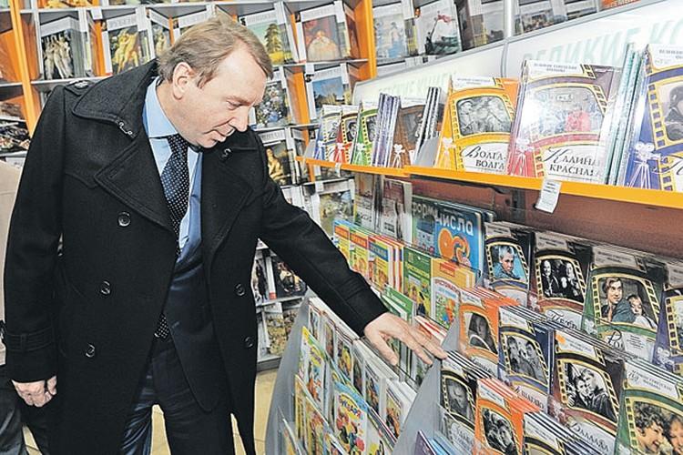 Приехав в «Комсомолку», Владимир Кожин заглянул в наш фирменный магазин, с интересом осмотрел полки с нашей печатной продукцией...