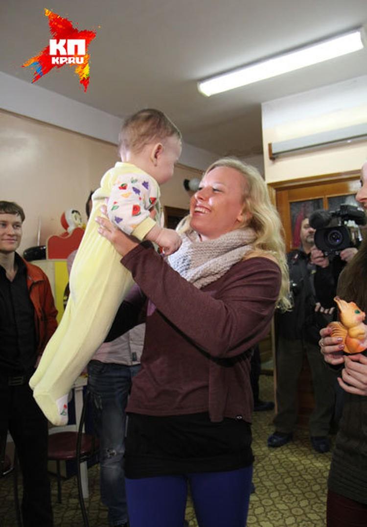 В Доме ребенка Джессика Лонг пообещала, что удочерит девочку.