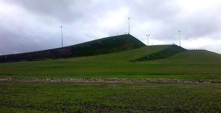 Так выглядела горка под Дзержинском летом. Совсем скоро она примет первых посетителей.
