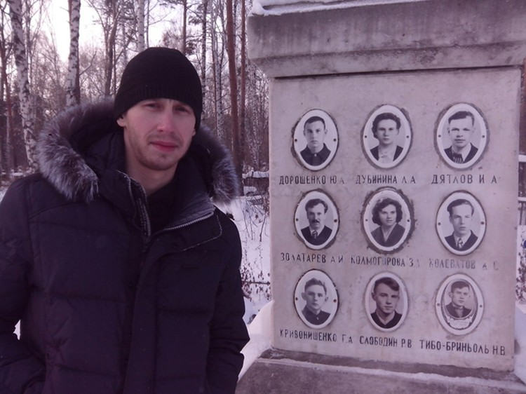 Александр на могиле дятловцев