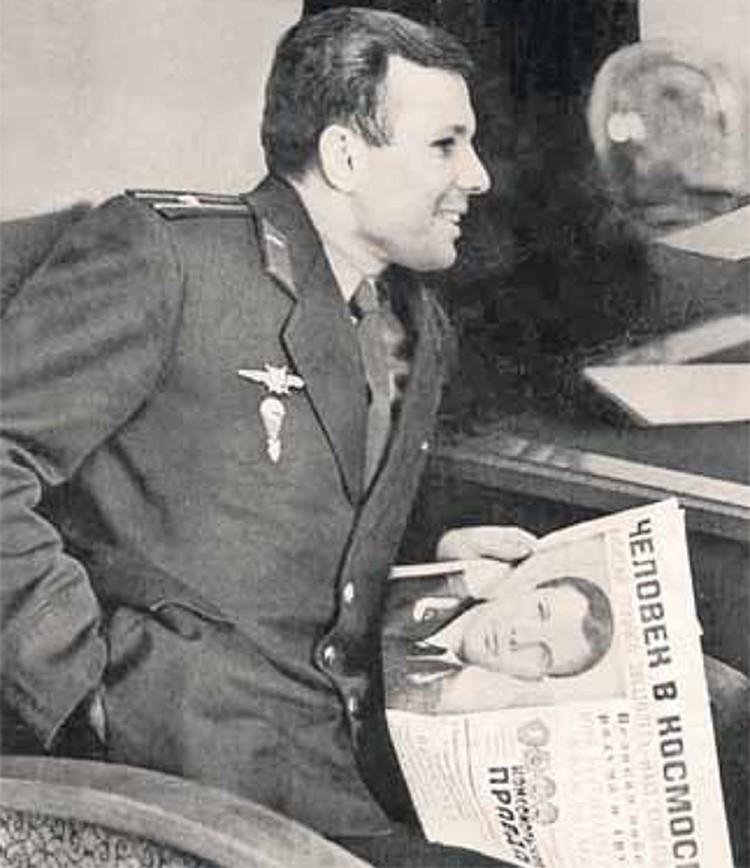 Первый космонавт Земли с историческим номером «Комсомолки» от 13 апреля 1961 года.