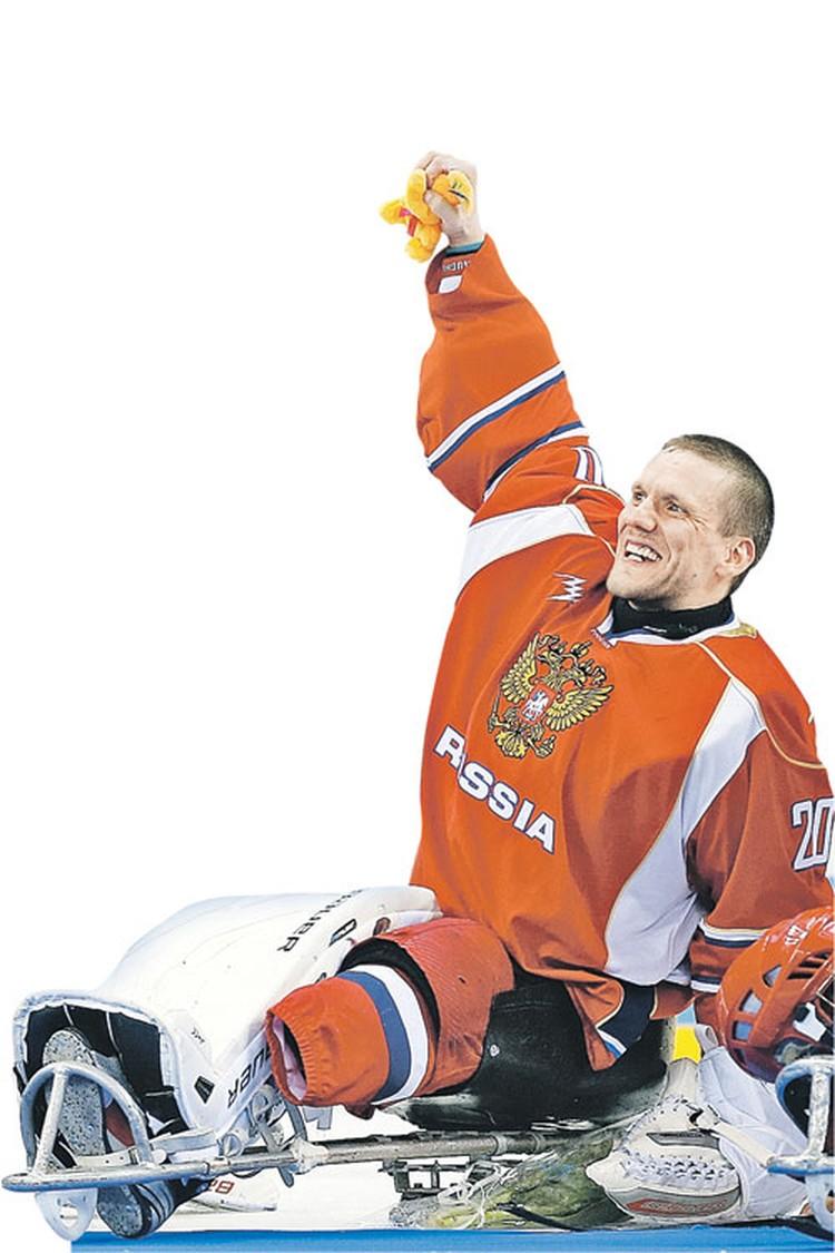 Владимир Каманцев ликует: мы вторые!  Невероятный успех для дебютантов - вратаря  и его команды.