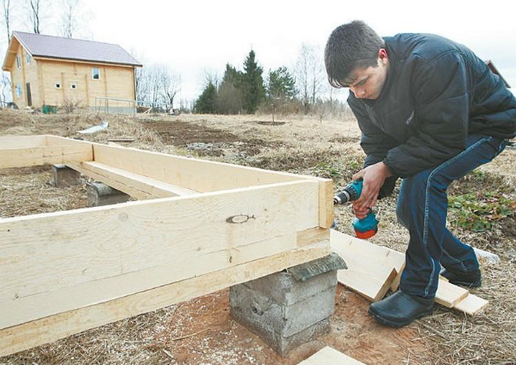 Старший сын Миша помог родителям построить новый дом.