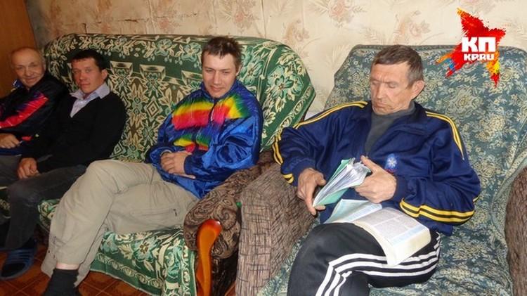 Прозревший Владимир (справа) теперь может читать.