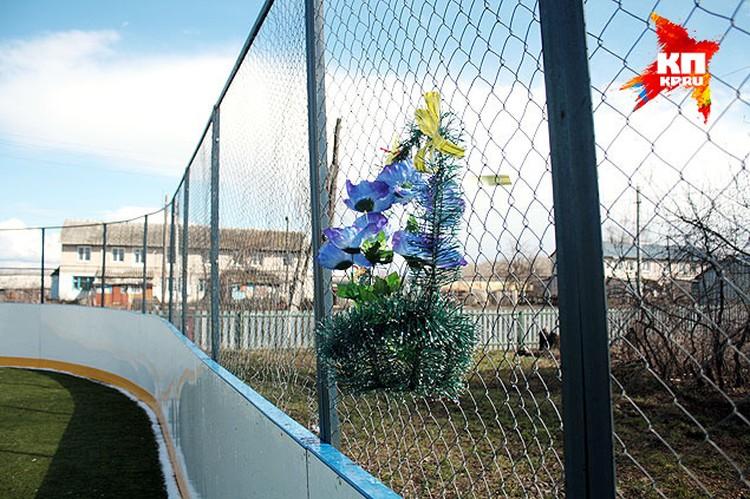 В память о погибшем мальчике - венок на заборе спортплощадки