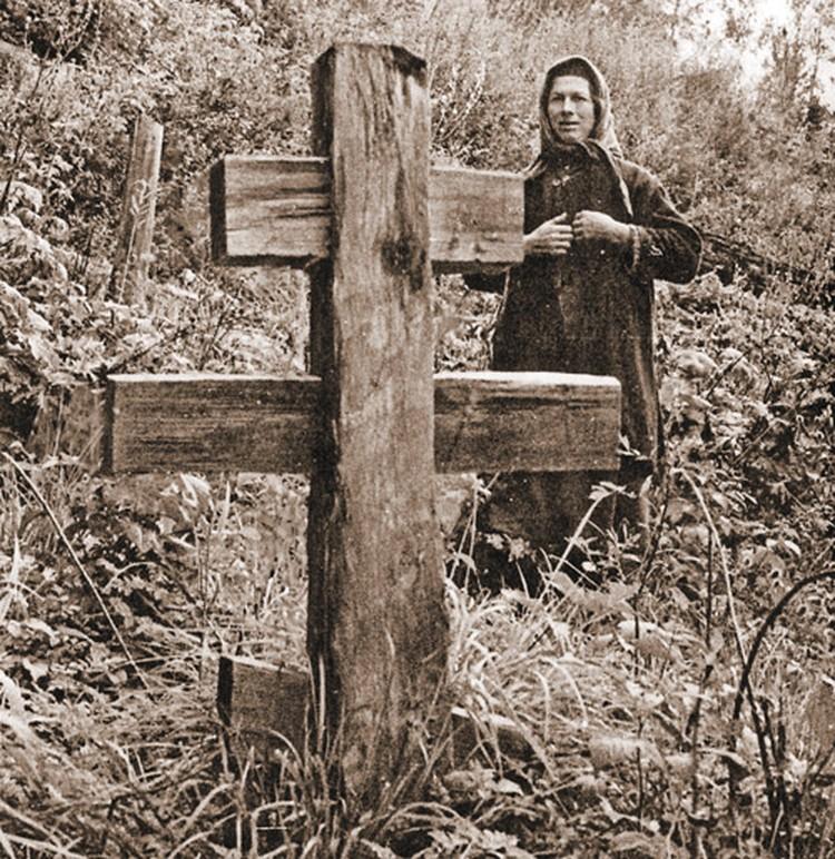 Агафья у могилы отца. Год его ухода был самым трагическим для Лыковой.