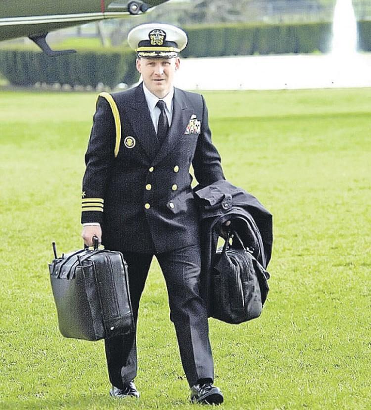 За президентом США морские офицеры носят сразу несколько чемоданчиков. На этом фото: сумка слева с антенной - это аппарат связи, а вот справа тот самый кейс с «атомной кнопкой».