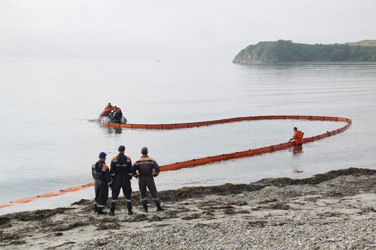 В море нефтяную пленку не пускают, установив заграждение