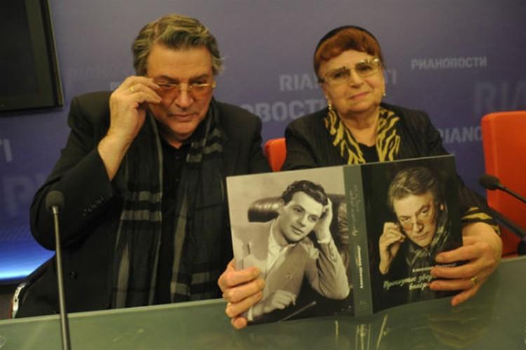 Наталья Николаевна Белоусова уже 57 лет - верная жена актера и режиссера. А в книге «Проходные дворы биографии» Александр Ширвиндт даже опубликовал их юношескую любовную переписку.