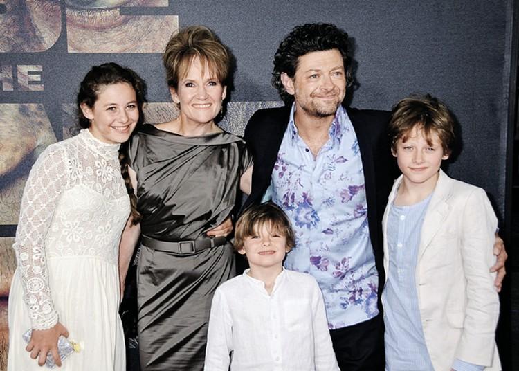 Энди с женой Лоррэйн Эшборн, дочерью Руби (слева), сыновьями Сонни (справа) и Луисом.