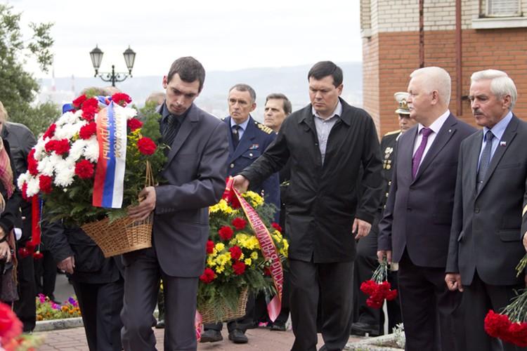 Возложить цветы к мемориалу пришли первые лица города, военные и неравнодушные граждане.