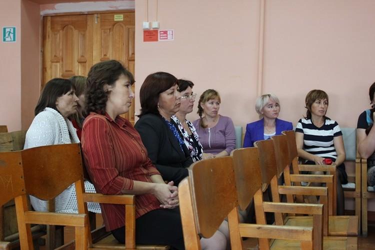 Общее собрание учителей, в рамках которого глава района зачитал приказ об отстранении от должности директора школы.