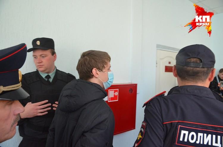 В зал судебных заседаний подозреваемых приводили в медицинских масках.