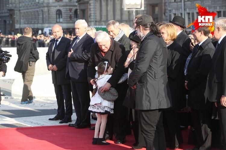 Олег Басилашвили пришел с внуками