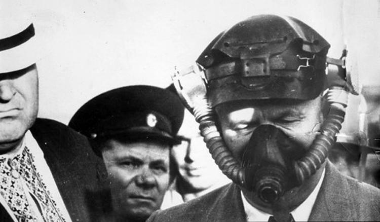 Н.С.Хрущев (в противогазе) в Донбассе во время знакомства с новым оборудованием для шахт и средств защиты для шахтеров. Август 1956 г. Фото: из коллекции С.Н.Хрущева, из архива «Комсомольской правды».