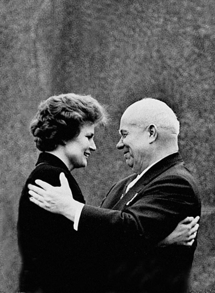 Н.С.Хрущев с В.В.Терешковой. Июнь 1963 г. Фото: из коллекции С.Н.Хрущева, из архива «Комсомольской правды».