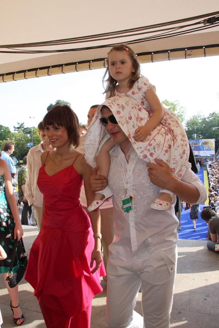 Марат с бывшей женой Елизаветой и дочкой.
