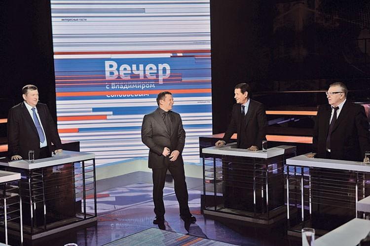 За миг до команды «мотор!» ведущий обменивается шутками с героями программы - своеобразная разминка перед прямым эфиром (с Владимиром Вольфовичем и первым вице-спикером Госдумы Александром Жуковым).