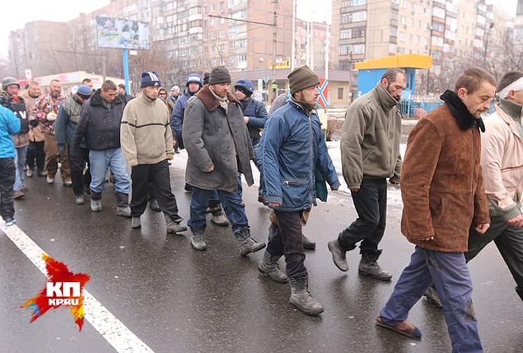 Под нескончаемую канонаду и проклятия местных жителей пленных украинцев повели по городу.