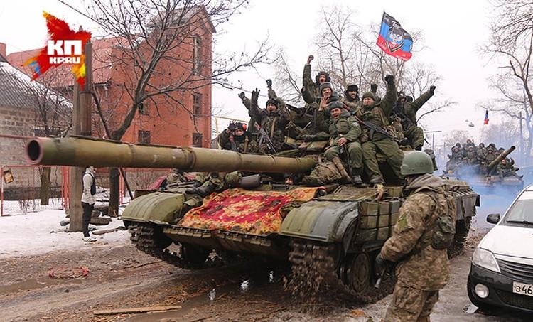 Ополченцы ДНР проезжают мимо места молебна.