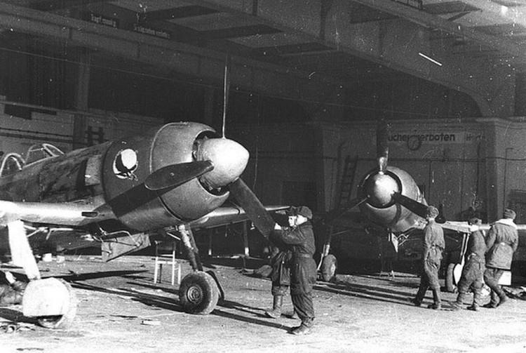 Советские самолеты на аэродроме Тапиау.