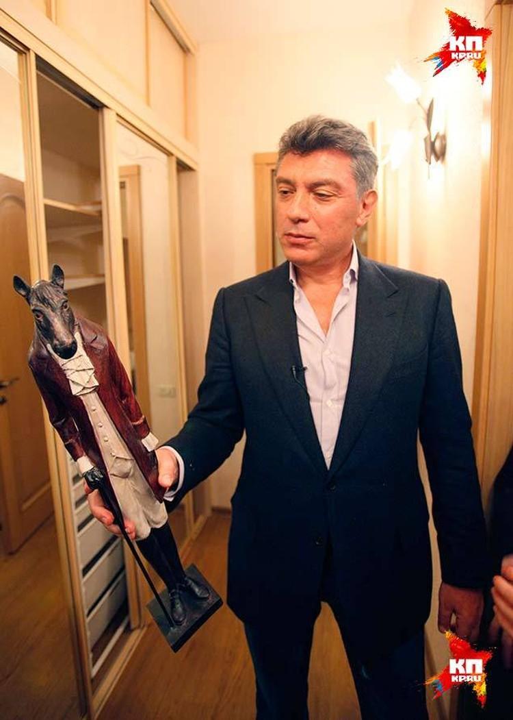 На новоселье Борису Немцову подарили коня.