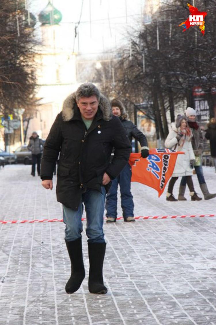Борис Немцов пробежался в валенках по улице Кирова.