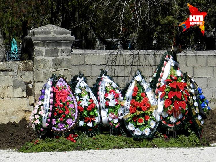Во время приезда родственников Виктора многочисленные букеты роз убрали с могилы. Цветы унесли в собор.