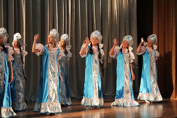 Красавицы в русских и белорусских национальных костюмах завораживают волшебством танца. Фото: Мирлан КИМСАНОВ