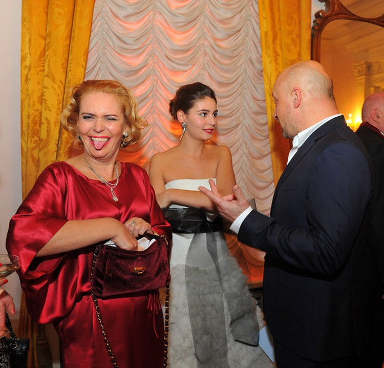 Алена - настоящая хулиганка. На фото - с дочкой Марией и актером Гошей Куценко на Балу Дебютанток.