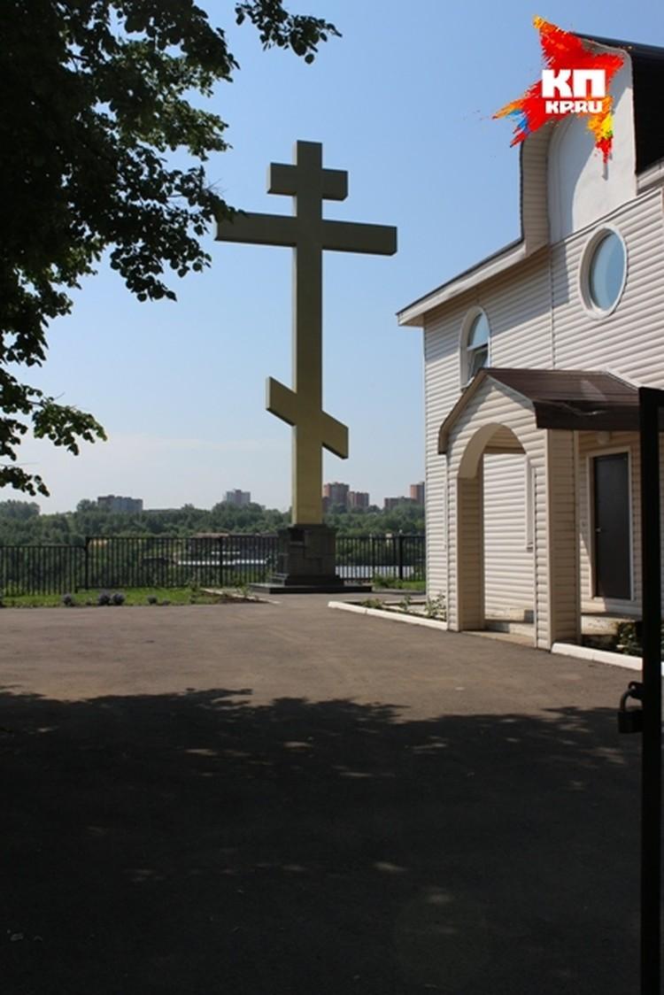 Часовня и крест на месте предполагаемого убийства Романова