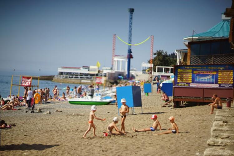 Цены на пляжные развлечения немного «кусаются», но море бесплатно, как и песок