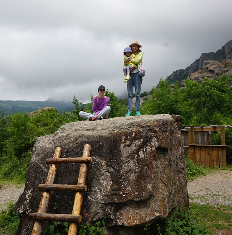 Камень, на котором якобы танцевала Наталья Варлей в «Кавказской пленнице». Танцевала, но не на этом. Настоящий камень лежит на осыпи примерно в сотне метров от «фальшивого», он высотой около полуметра и сейчас зарос кустами ежевики, так, что к нему не под