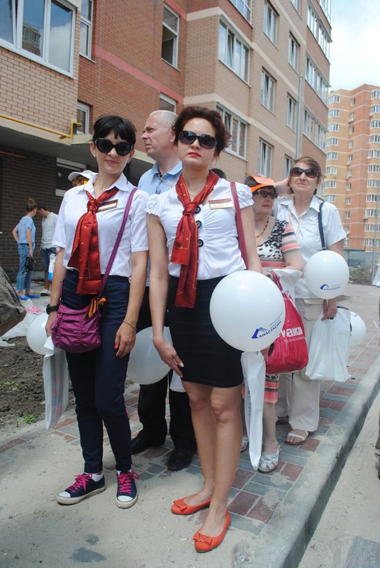 """Менеджеры """"МИнБ"""" с участниками тура на осмотре объектов. Фото: Анна Мухтарова"""